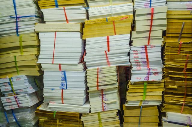 積み上げられた教科書の壁