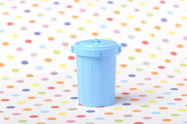 水玉の背景と水色のゴミ箱