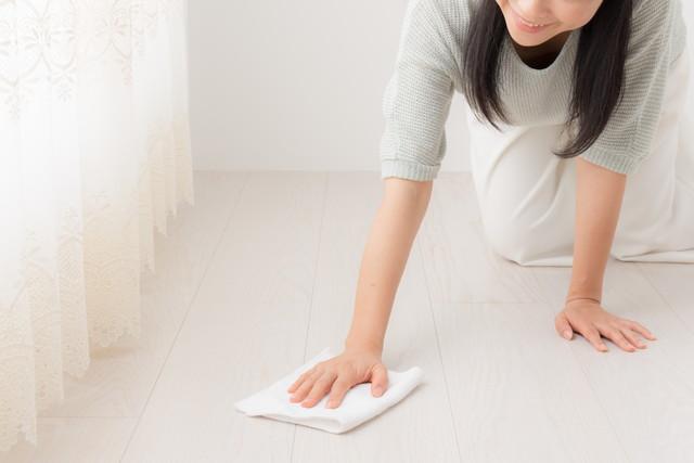 フローリングを拭く女性