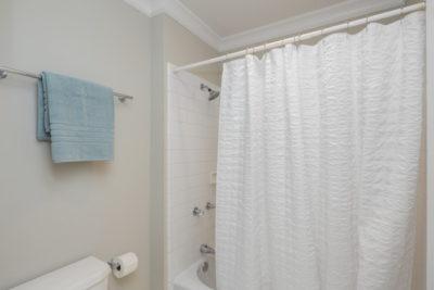 白いシャワーカーテン