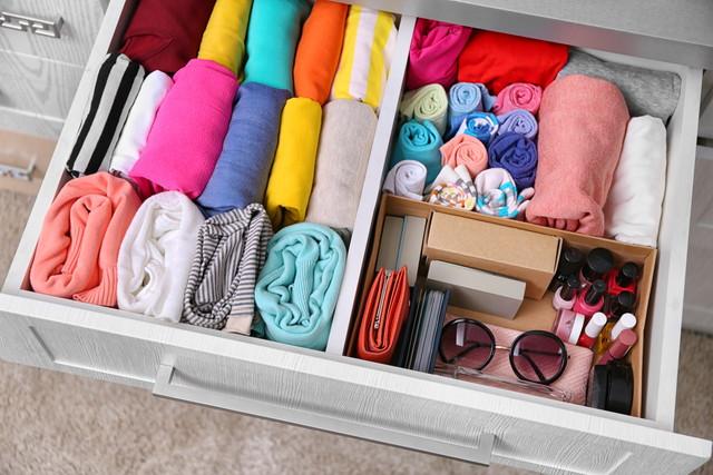 衣類と小物が入った引き出し