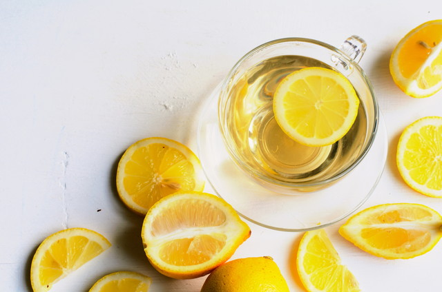透明なカップに入ったレモン