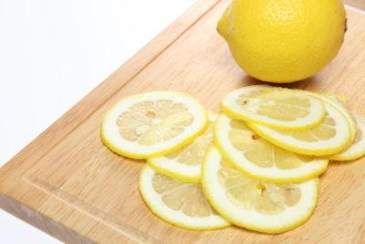 まな板とスライスされたレモン