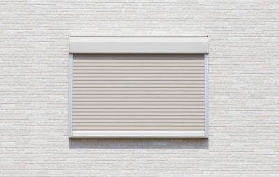 小さい窓の白い雨戸