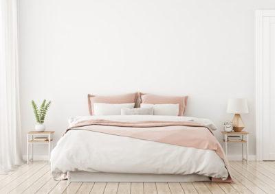 寝室にあるダブルベッド
