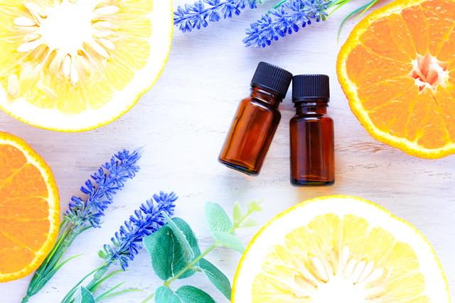 柑橘類とオイルのビン