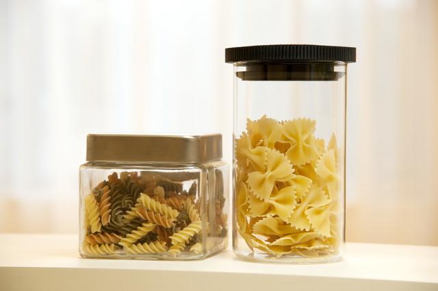 容器の中の二種類のパスタ