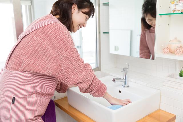 掃除をする女性 洗面台
