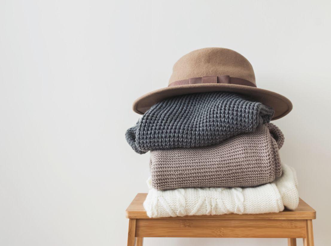 服の上のフェルトの帽子
