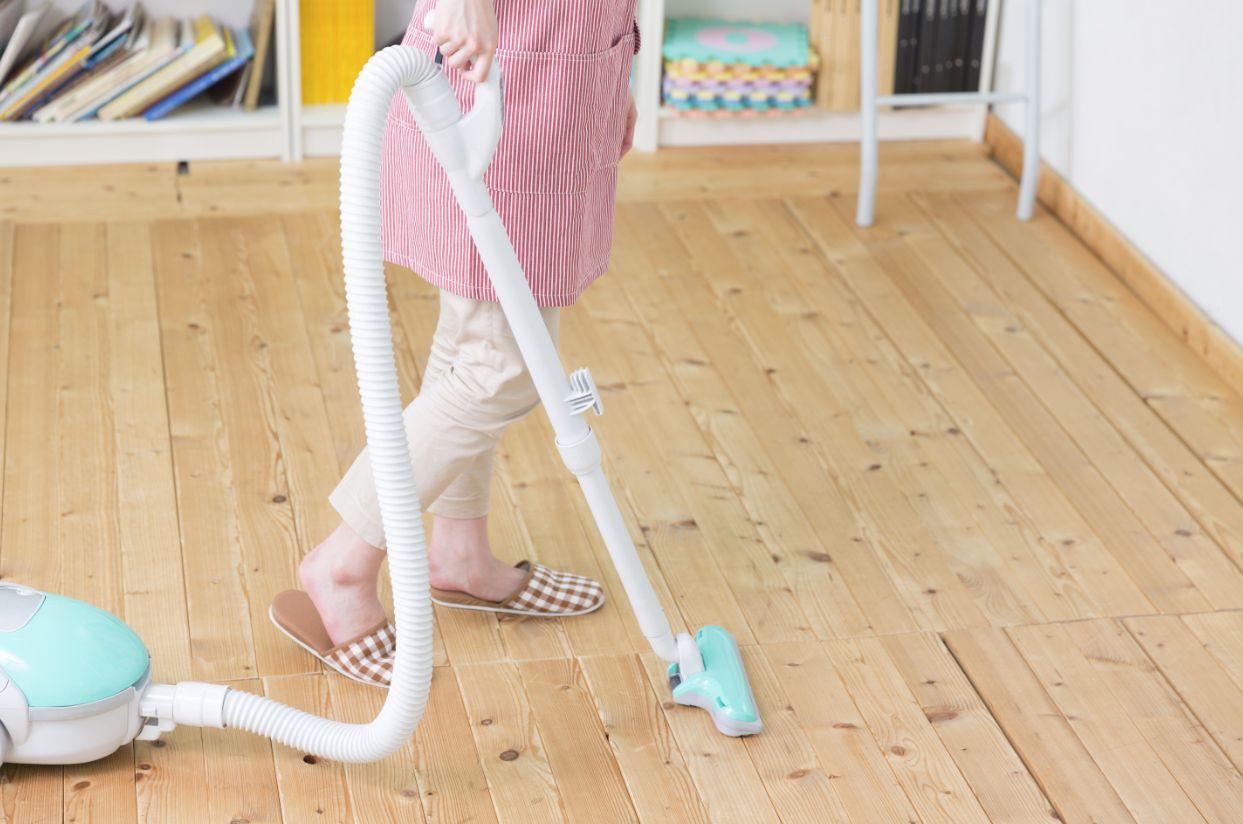 掃除機をかける女性の足元