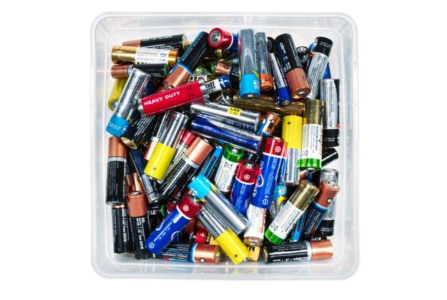 捨てられている電池