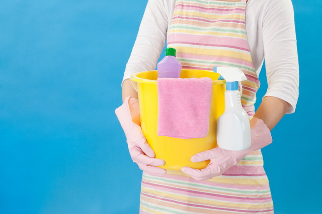 掃除道具を抱える女性