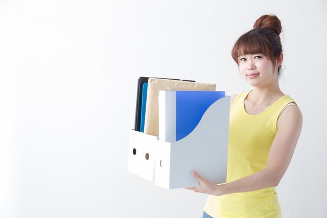 ファイルを持つ女性