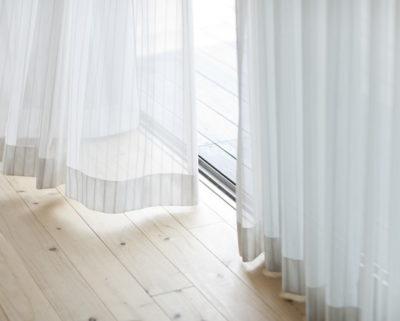 風になびくカーテン
