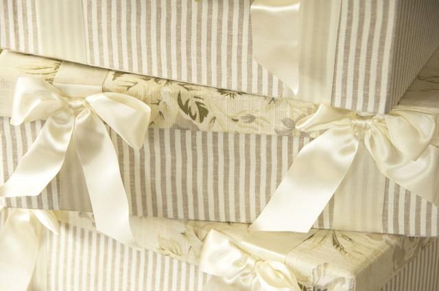 白いリボンのついたボックス