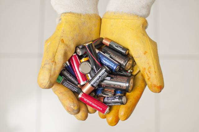 電池を捨てている人