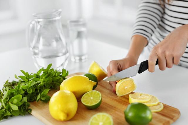 レモンを切っている女性