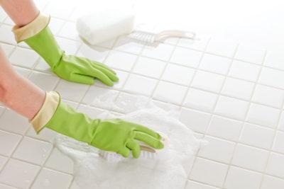 お風呂の床を洗剤で掃除