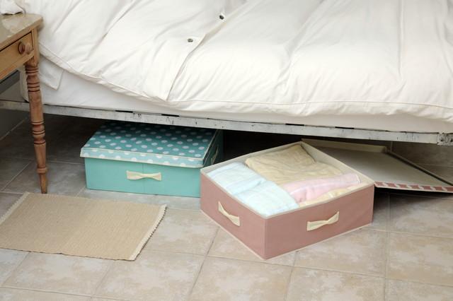 ベッドの下、ピンクのブルーのボックス