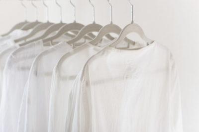 ハンガーにかかったたくさんの白い服