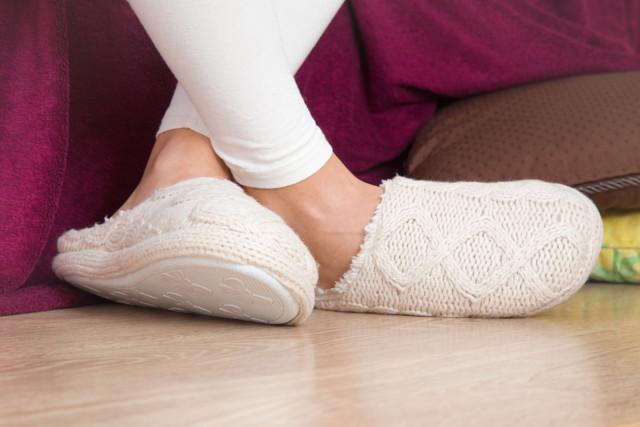 白いスリッパを履いている人の足