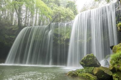 緑の中の鍋ヶ滝
