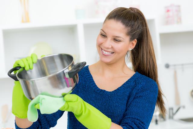 鍋を拭く 女性