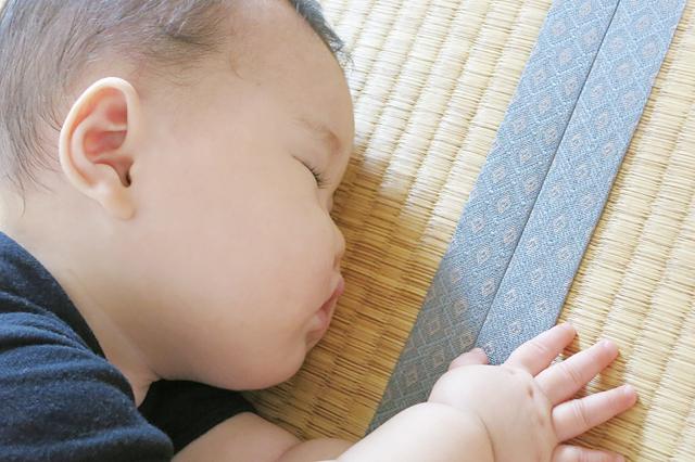 畳の上で眠る赤ちゃん