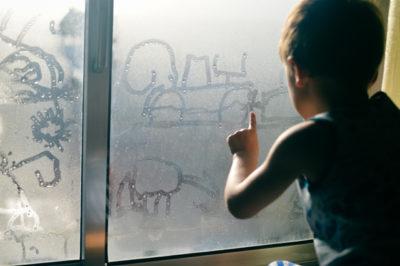 曇った窓 子供 落書き