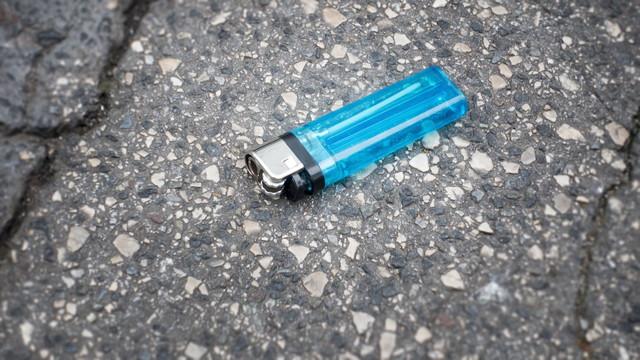 道端に捨てられたライター