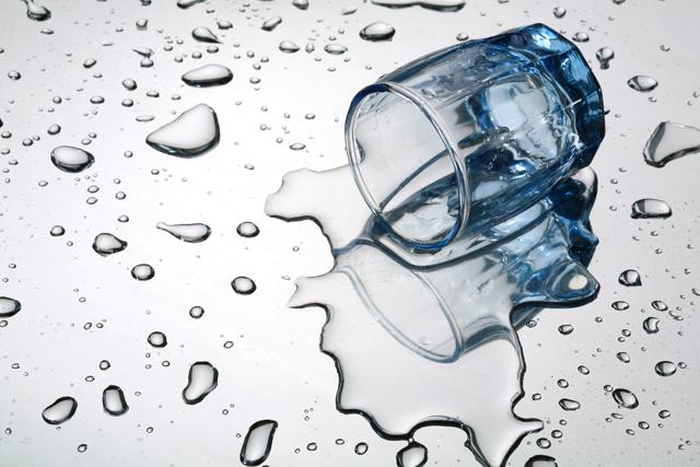 コップ 水 こぼす