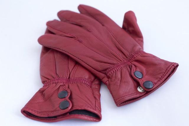 紫色の革手袋