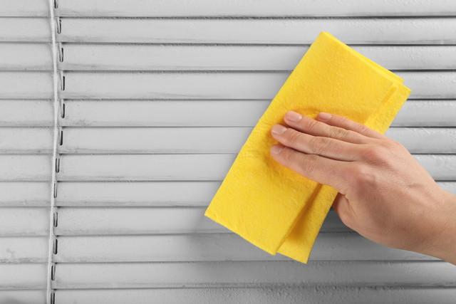 黄色い布巾とブラインド