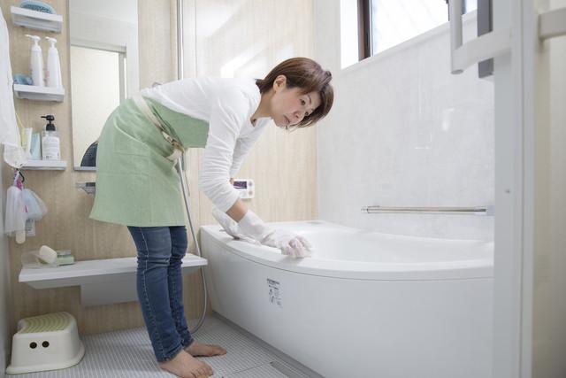 風呂掃除をしている女性