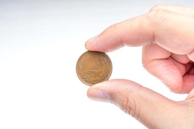 10円玉を指でつまむ
