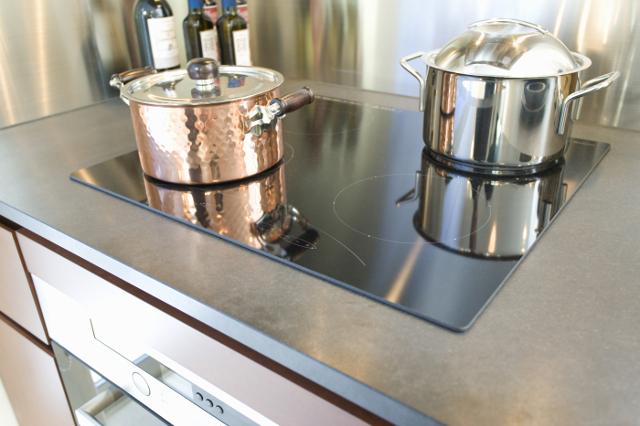 ihクッキングヒーターの上に鍋が2つのせてある