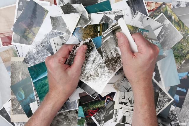 写真を破く手