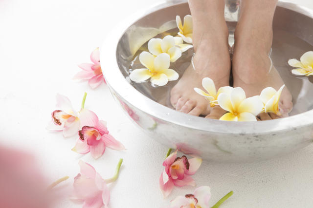 足湯,キレイなボウルにお湯とお花を入れている