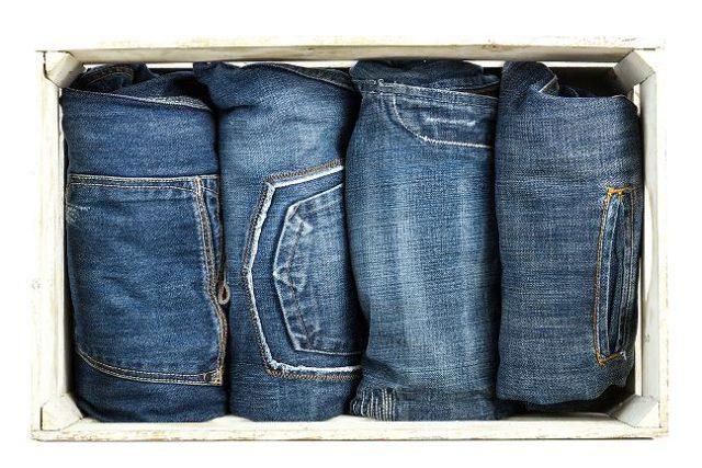 ボックスに並べたジーンズ4着