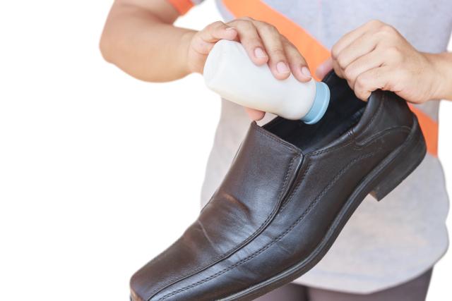 靴の中に消臭剤を入れている