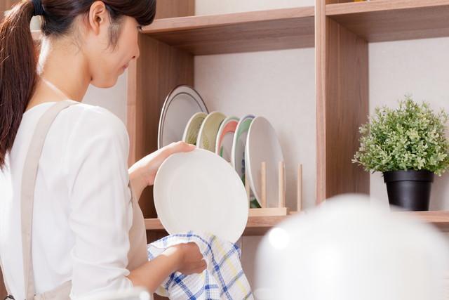 お皿を片付けている女性