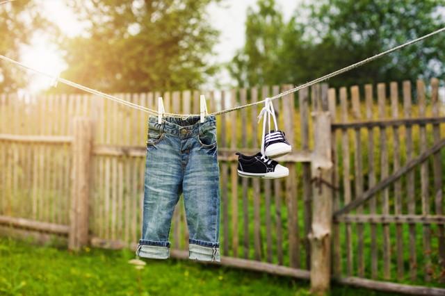 干してある子供のジーンズとシューズ
