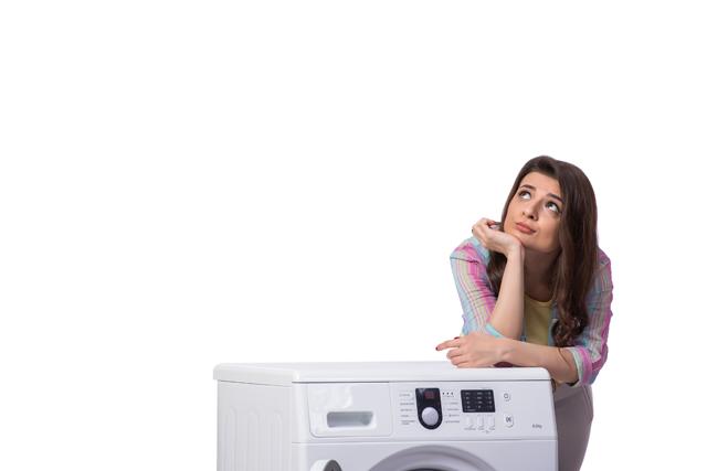 洗濯機 悩む女性