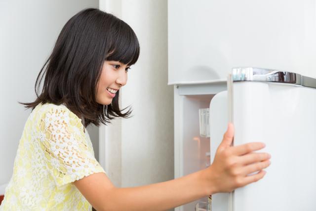 冷蔵庫 開ける 女性