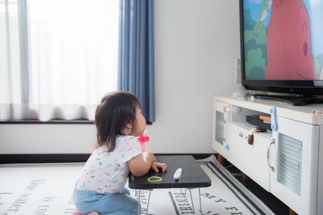 テレビを見る 幼児