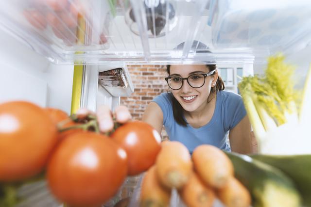 冷蔵庫の中から女性を見る