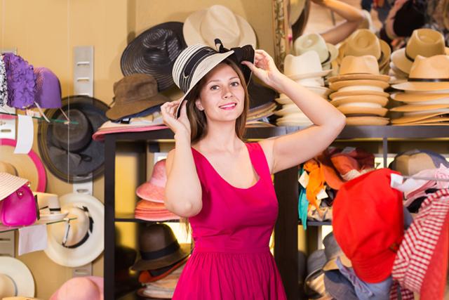 帽子を試着する女性