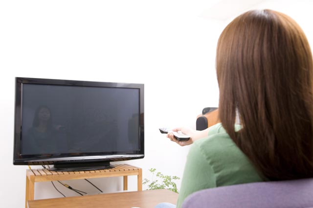 テレビをつける 女性