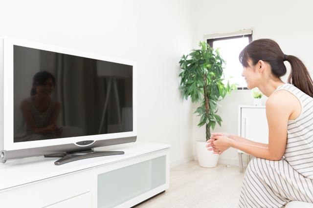 テレビを見る 女性