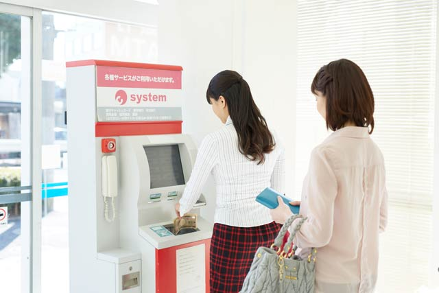 ATM 並ぶ人